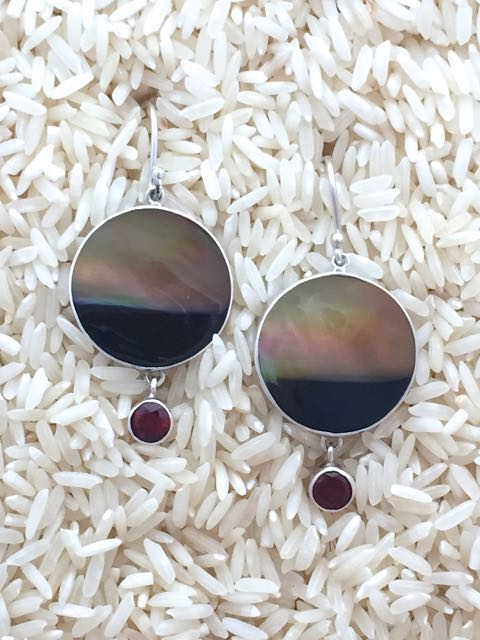 Black Lip Earrings Round Medium w/ Rd Garnet