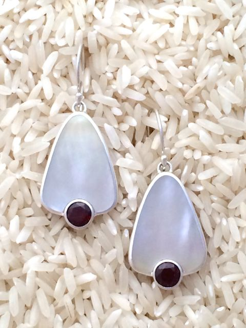 Mother-of-Pearl Earrings Teardrop Medium w/ Rd Garnet