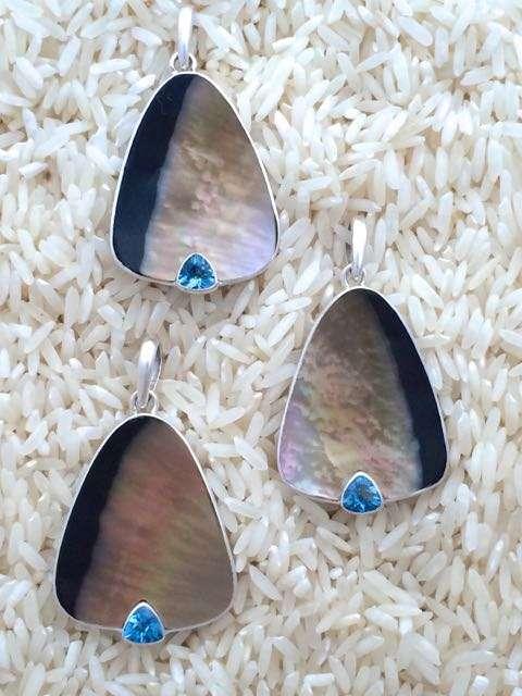Black Lip Pendant Teardrop Small-Medium w/ Trill Peridot